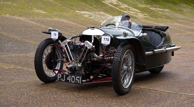 Voiture de sport trois de roue de Morgan Super sur le champ de courses de Brooklands Surrey, Angleterre photographie stock libre de droits