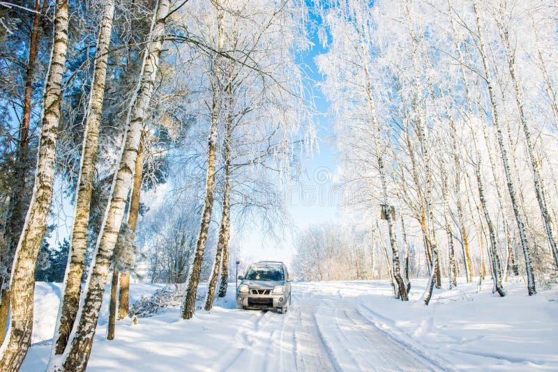 Voiture de Suv dans le jour d'hiver photo libre de droits