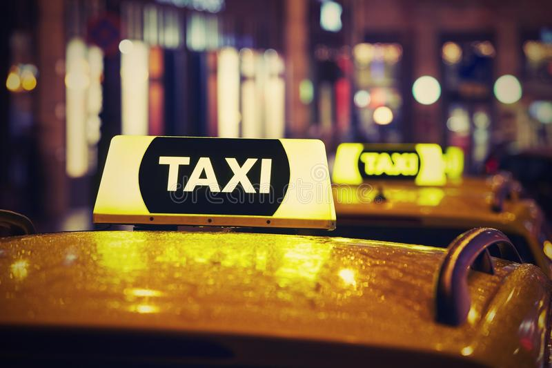 Voiture de taxi la nuit photos stock