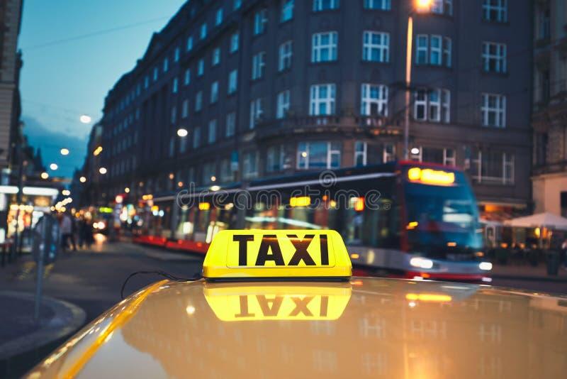 Voiture de taxi sur la rue de ville image libre de droits