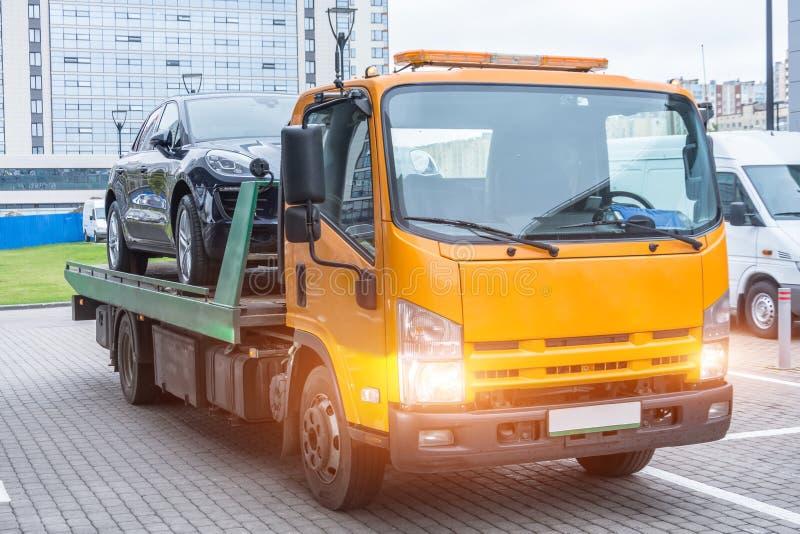 Voiture de tourisme chargée sur un camion de récupération pour le transport photos libres de droits