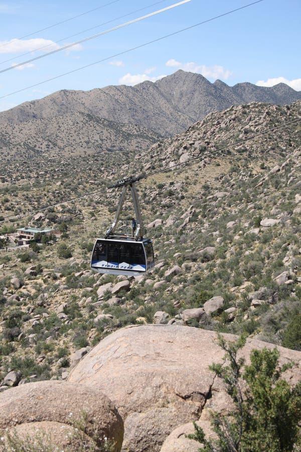 Voiture de tram de Sandia vers le haut de la pente - orientation verticale photos stock