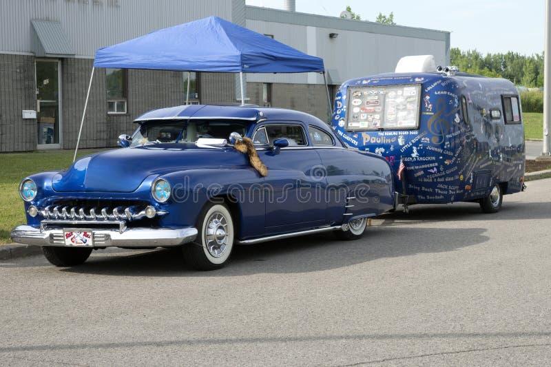 Voiture de vintage avec la caravane photos stock