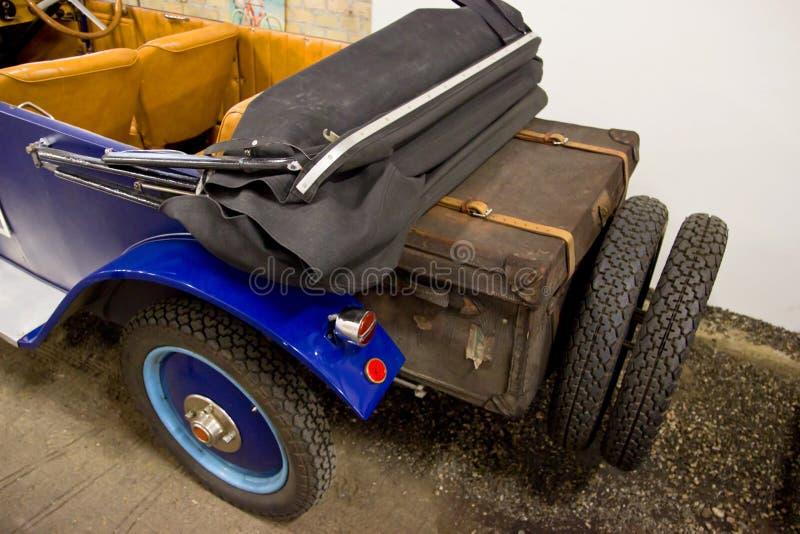 Voiture de vintage avec la valise de voyage images libres de droits