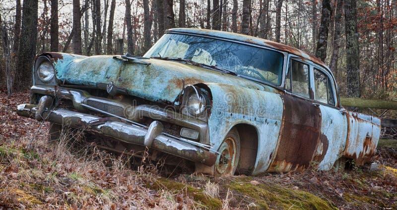 Voiture de vintage dans le domaine abandonné photo libre de droits