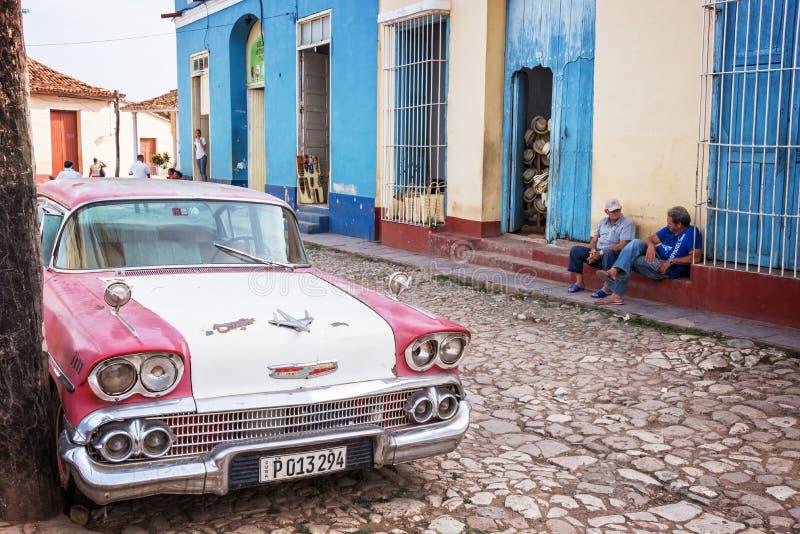 Voiture de vintage dans une rue pavée du Trinidad image stock