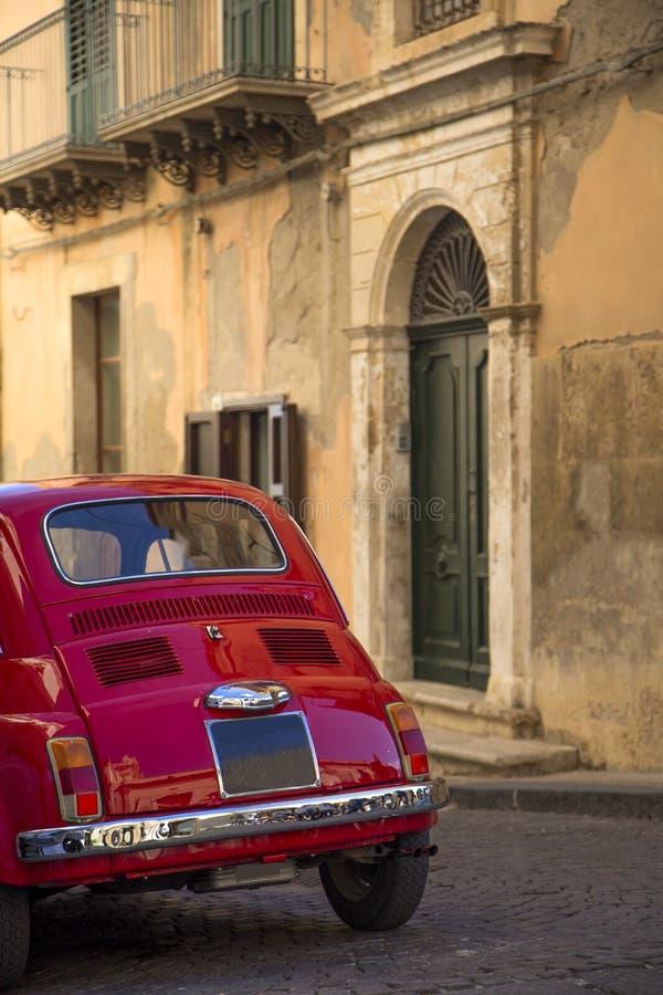 Voiture de vintage sur la rue italienne photographie stock
