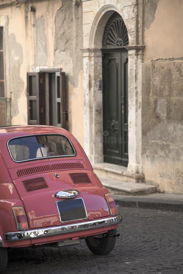 Voiture de vintage sur la rue italienne images libres de droits