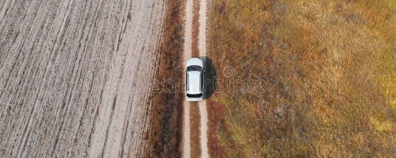 Voiture de vue aérienne Descendant en descendant sur terrain accidenté photographie stock