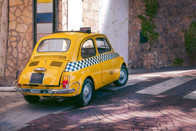 Voiture drôle de petit rétro taxi italien classique jaune, voyage, visite et tourisme, Italie photo libre de droits