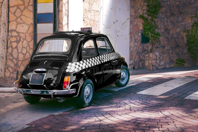 Voiture drôle de petit rétro taxi italien classique noir, voyage, visite et tourisme, Italie photo libre de droits