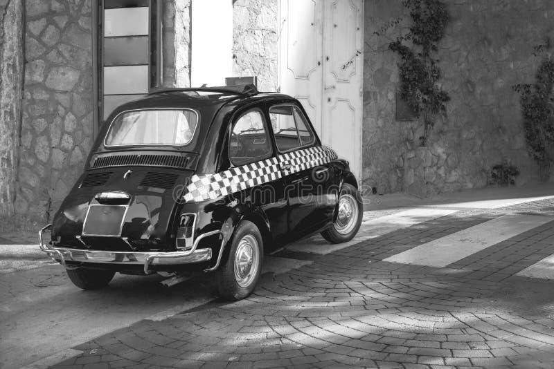 Voiture drôle de petit rétro taxi italien classique noir, voyage, visite et tourisme, Italie noire et blanche photos stock