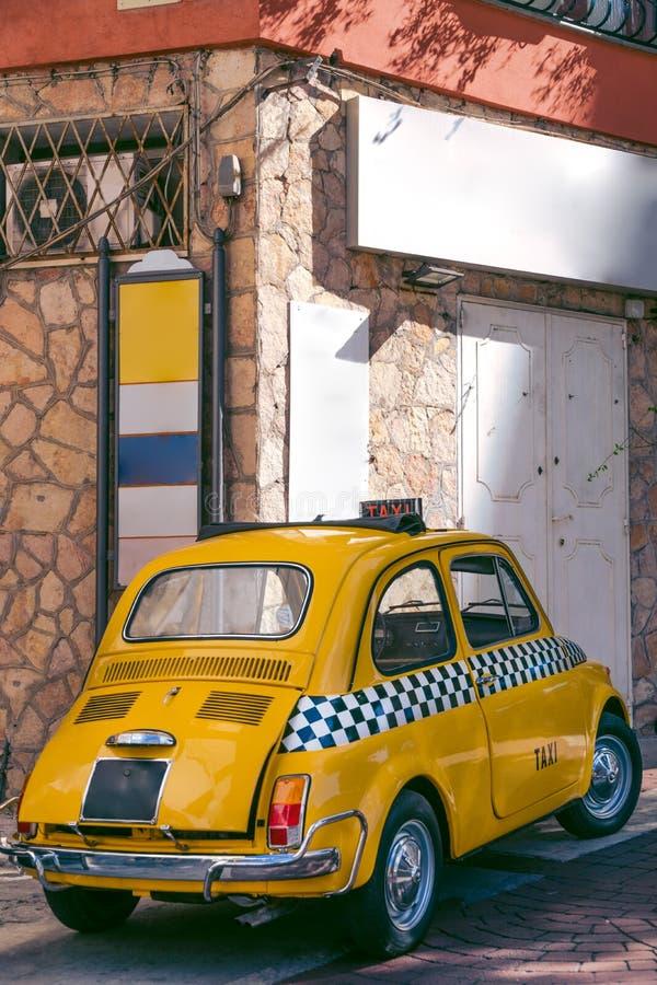 Voiture drôle de petit rétro taxi italien classique, voyage, visite et tourisme, Italie, image verticale photos libres de droits