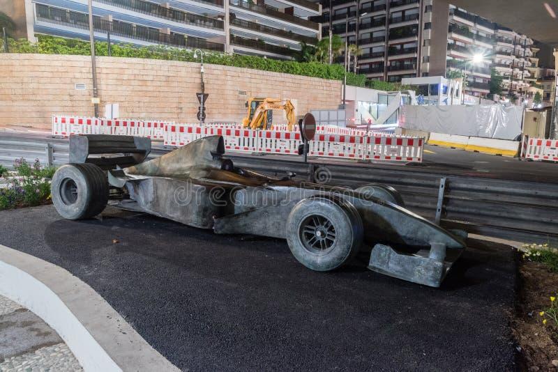 Voiture en bronze de Formule 1 près au tunnel images libres de droits