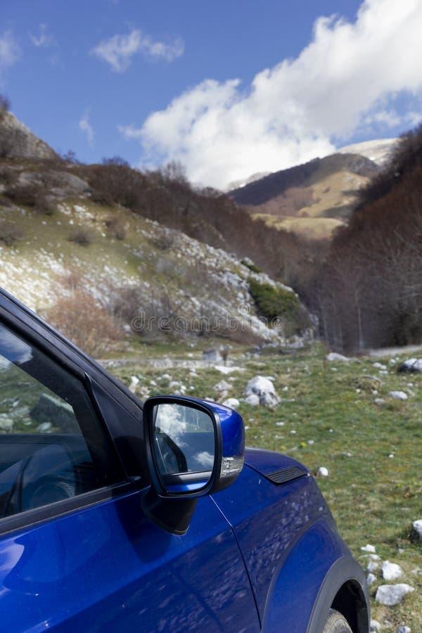 Voiture en montagne photographie stock