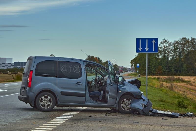 Voiture endommagée après accident sur une route photo libre de droits