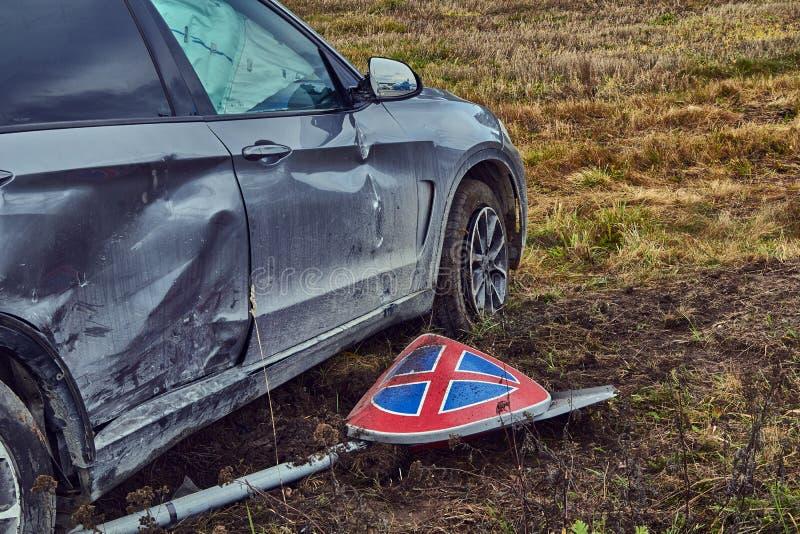 Voiture endommagée après accident sur une route image libre de droits