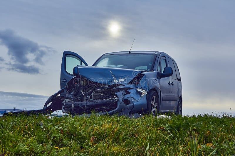 Voiture endommagée après accident sur une route photos libres de droits