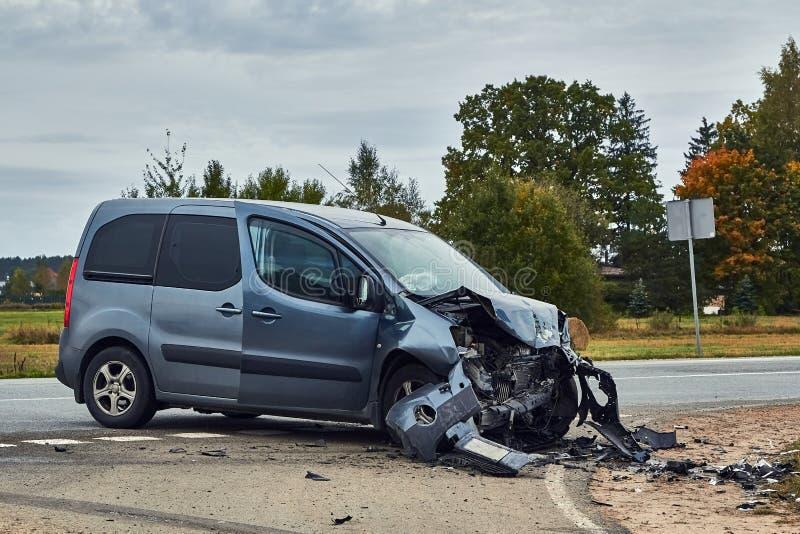 Voiture endommagée après accident sur une route images libres de droits