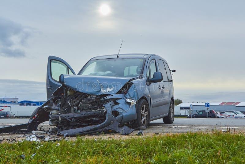 Voiture endommagée après accident sur une route photographie stock libre de droits