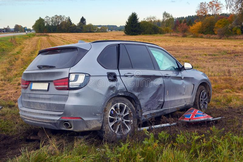 Voiture endommagée après accident sur une route photo stock