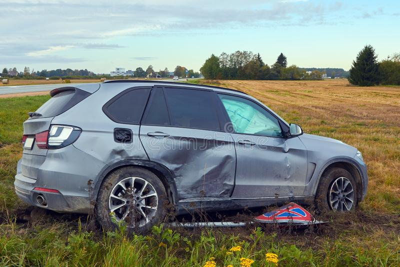 Voiture endommagée après accident sur une route photographie stock