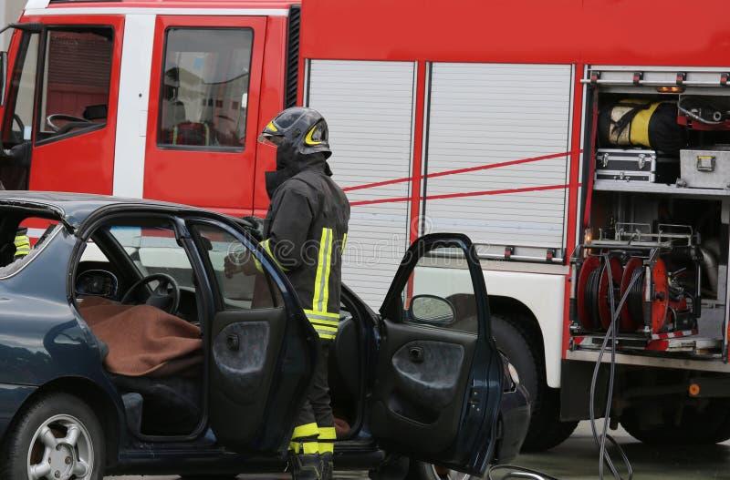 Voiture et camion de pompiers détruits pendant une mission photographie stock libre de droits