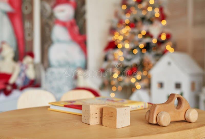 Voiture et cubes de jouets en bois, jouet en bois naturel, forme de bois coloré, Jouet pour bébés, jouets pour bébés Carte de Noë photos stock
