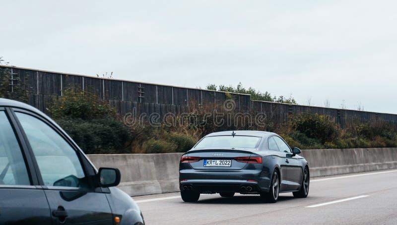 Voiture exécutive noire de luxe de limousine d'Audi sur l'autoroute images libres de droits