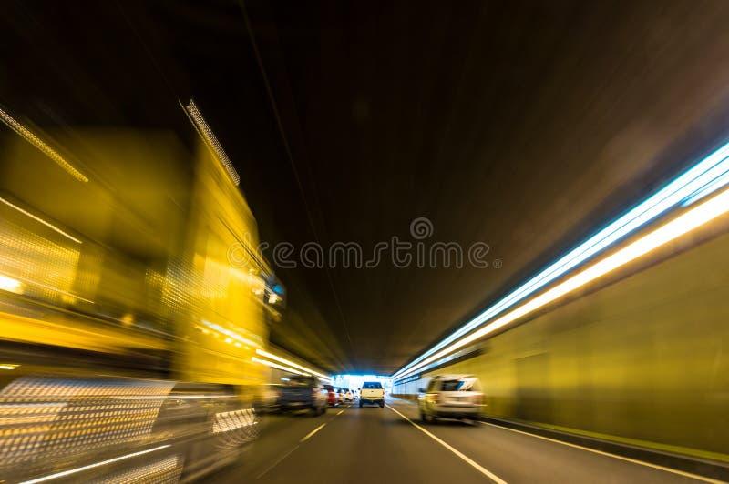 Voiture expédiante trouble dans un tunnel avec les traînées légères image stock