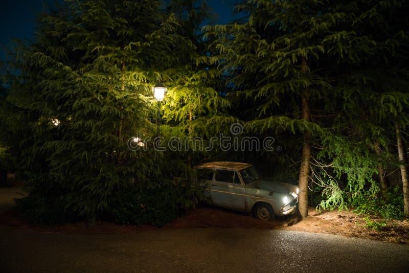 Voiture familiale de Weasley pilotant Ford Anglia brisé avec des arbres photographie stock