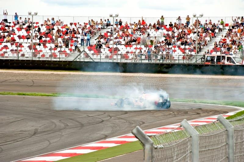 Voiture Formula-1 dans des performances d'exposition photographie stock