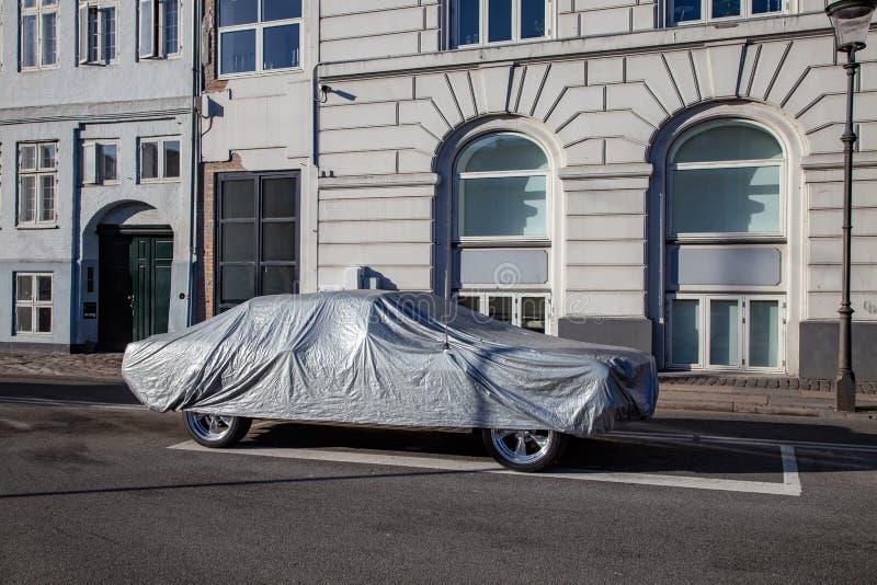 voiture garée couverte de tente sur la rue vide avec les bâtiments historiques photo stock