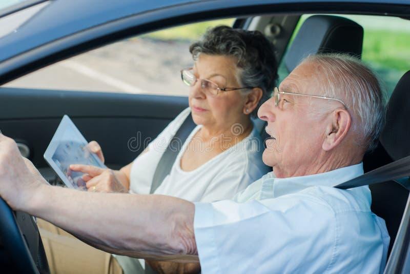Voiture intérieure perdue par couples mûrs image stock