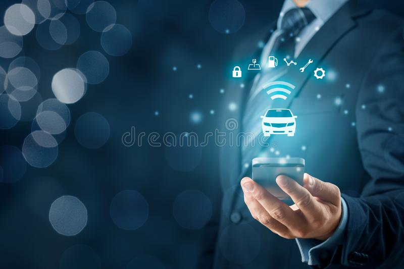 Voiture intelligente et application pour téléphone intelligent images stock