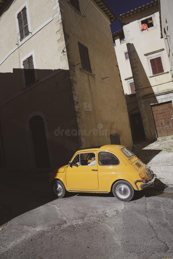 Voiture italienne jaune de cru légendaire 500 photos stock