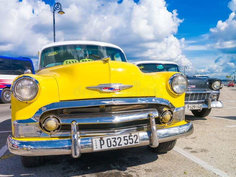 Voiture jaune colorée de vintage à La Havane photographie stock libre de droits