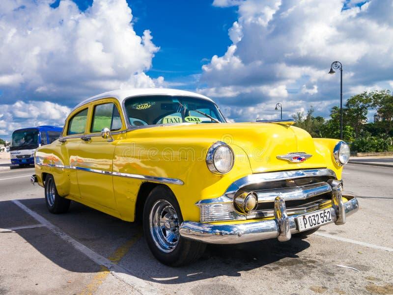 Voiture jaune colorée de vintage à La Havane images stock