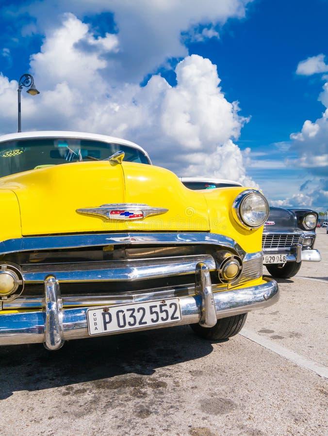 Voiture jaune colorée de vintage à La Havane photos stock