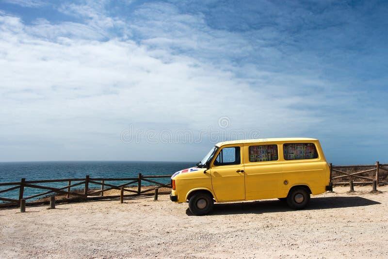 Voiture jaune contre le ciel bleu au Portugal photo libre de droits