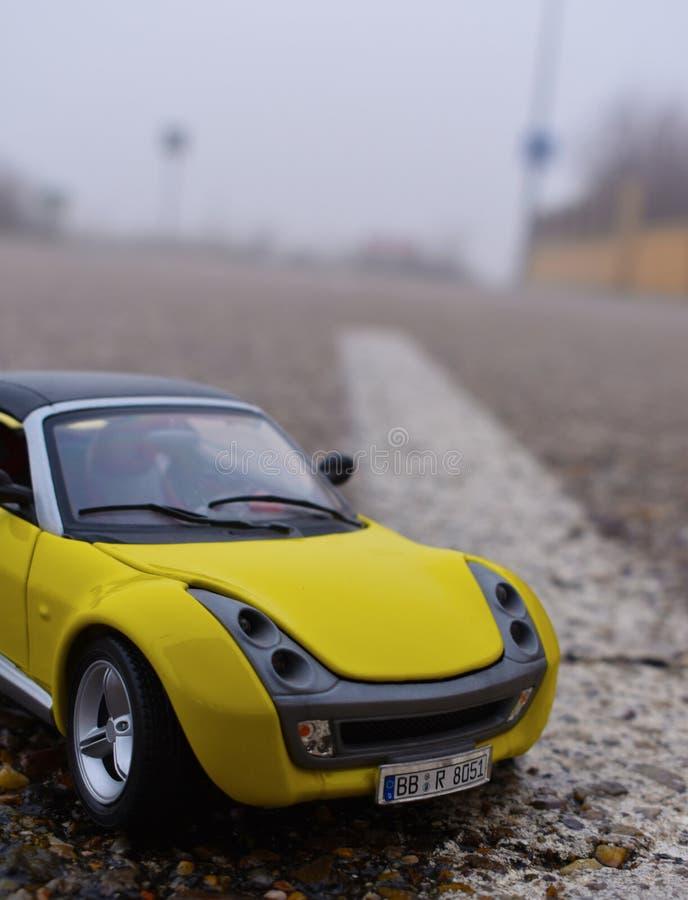 Voiture jaune dans la route image stock