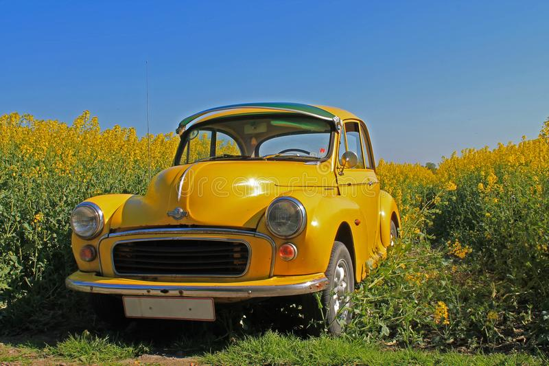 Voiture jaune de Morris Minor images stock