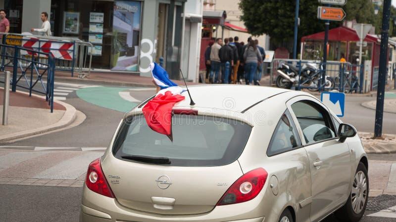 Voiture mobile avec un drapeau français photographie stock libre de droits