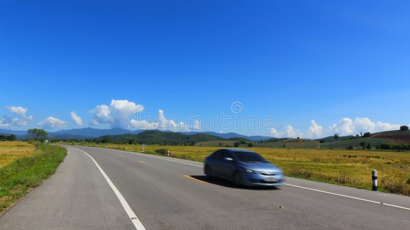 Voiture mobile sur le fond de ciel bleu de ruelle images libres de droits