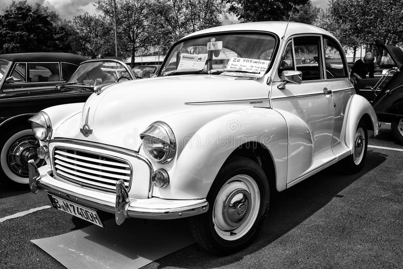 Voiture Morris Minor 1000 d'économie (noir et blanc) image libre de droits
