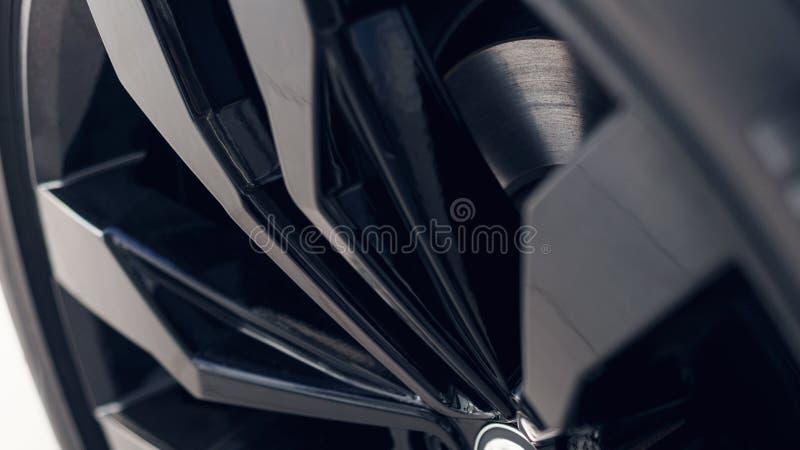 Voiture noire moderne en gros plan de roues D?tail de voiture Orientation molle photos stock