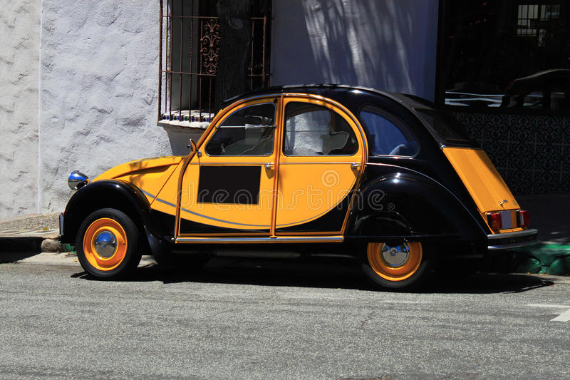 Voiture orange noire antique de Beatle image stock