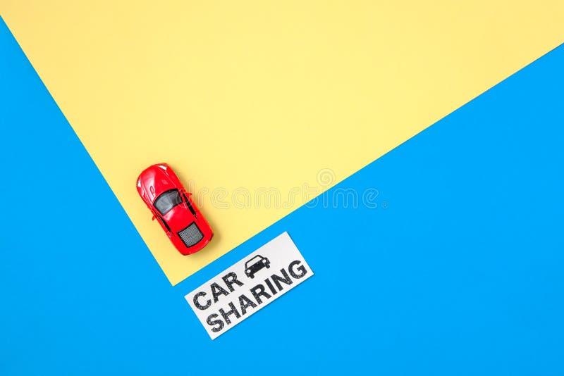 Voiture partageant le concept Mod?le de voiture de jouet et signe rouges des textes image libre de droits