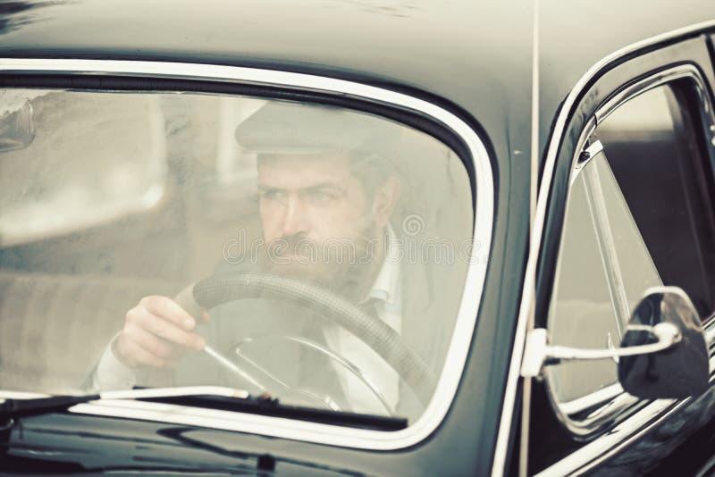 Voiture rétro ou de cru avec le conducteur barbu R?tro concept de style photo libre de droits