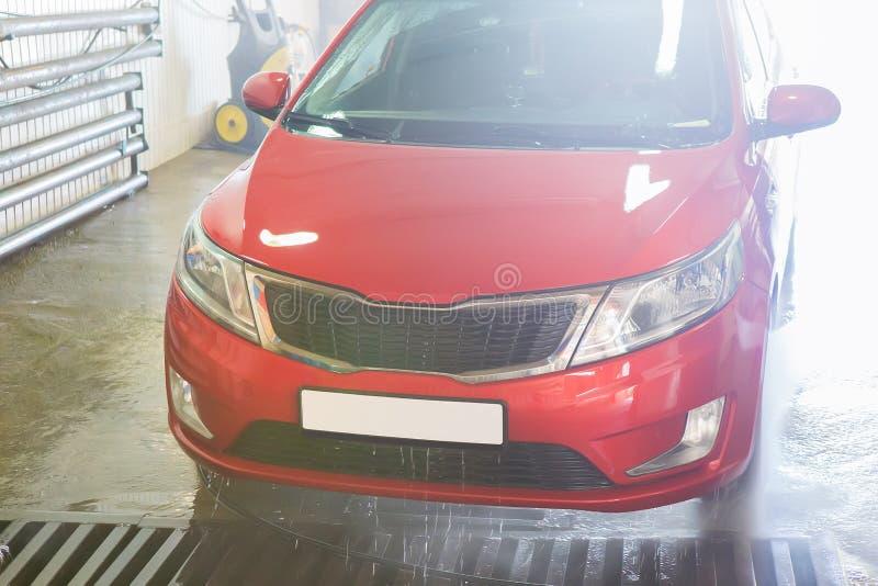 voiture rouge à la station de lavage photos stock